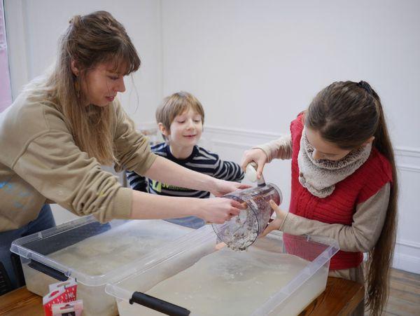 """Julie est sérigraphe à Rethel. Son atelier,"""" crée ton papier recyclé"""", situé quartier de la gare est un succès. Il est très apprécié par les enfants."""
