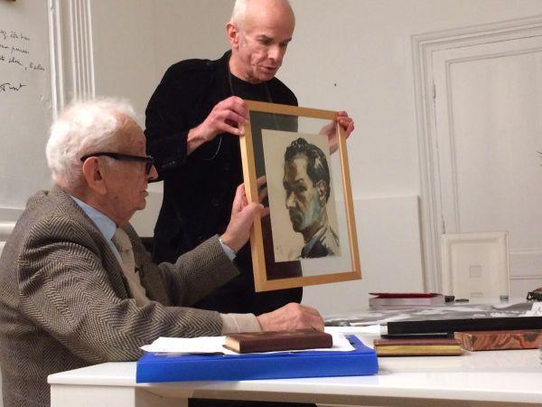Bruno Fourn (debout), propriétaire du fonds Max Jacob, en compagnie de Jean Tuset, filleul de Max Jacob