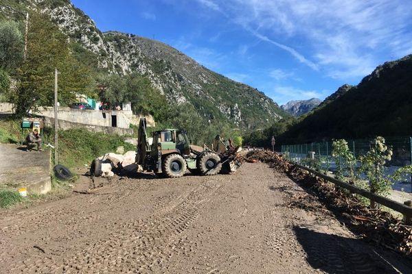 Les militaires nettoient les routes notamment celle de la route département 6204 de Breil à Tende depuis ce lundi matin 7h