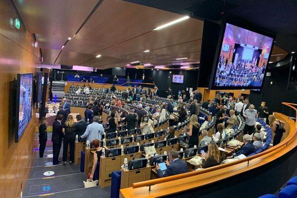 Les élus commencent à s'installer dans l'hémicycle avant le début de la séance.