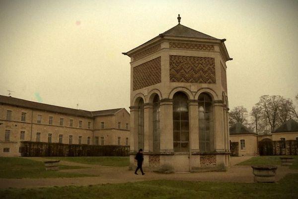 Germain Arfeux devant le puits de MoÏse à Dijon