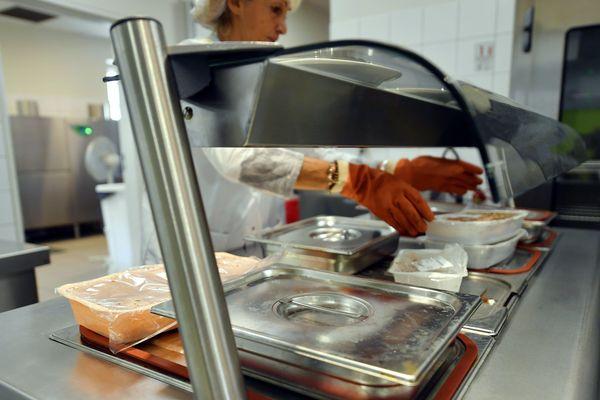 Application du principe de précaution suite à la distribution d'un fromage dans les restaurants scolaires à Nantes, illustration