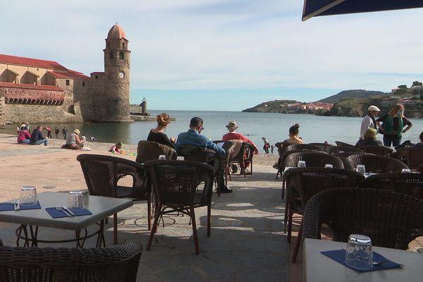 L'afflux de visiteurs continue à Collioure avec le soleil pendant ces vacances de Toussaint.