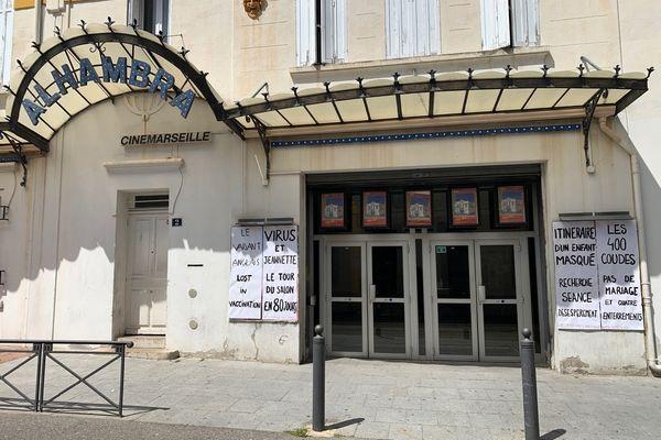 Un collectif a détourné des affiches de films pour montrer le soutien du public à ce cinéma, l'Alhambra (16e de Marseille) en attendant la réouverture.