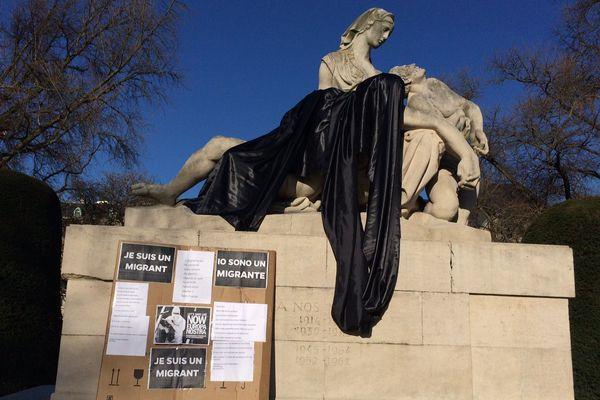 Le monument aux morts de la place de la République à Strasbourg, recouvert d'un drap noir.