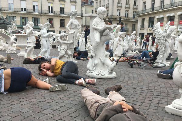 Sur la place Royale de Nantes, des militants ont prétendu être morts pour alerter sur l'extinction du vivant.