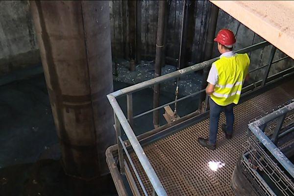 Un technicien dans la station d'épuration de Nice