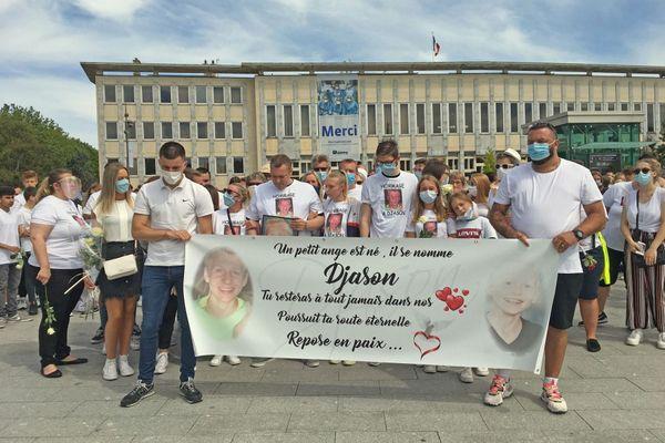 18 juillet 2020 - Hôtel de ville de Dieppe : départ de la marche en hommage à Djason, disparu en mer