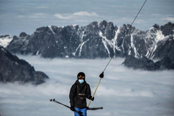 Un skieur portant un masque lors de l'ouverture du domaine skiable des Deux Alpes le 17 octobre 2020.