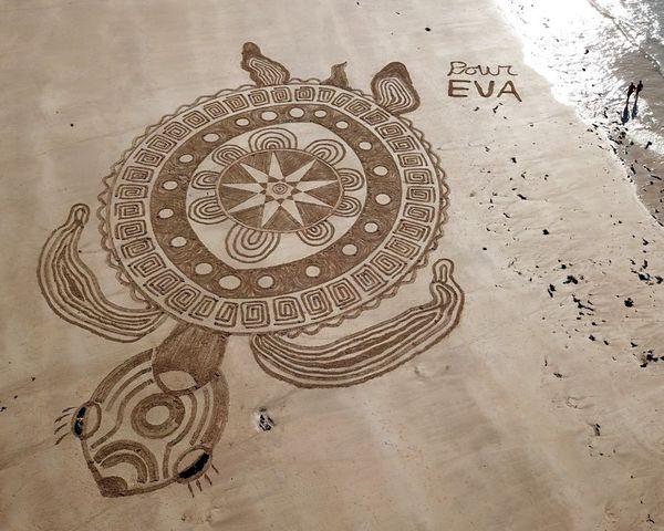 Loin de sa petite-fille Eva qui vit en Russie, Patrick Straub lui dédie tous ses mandalas qu'ils soient sur le sable ou la neige.