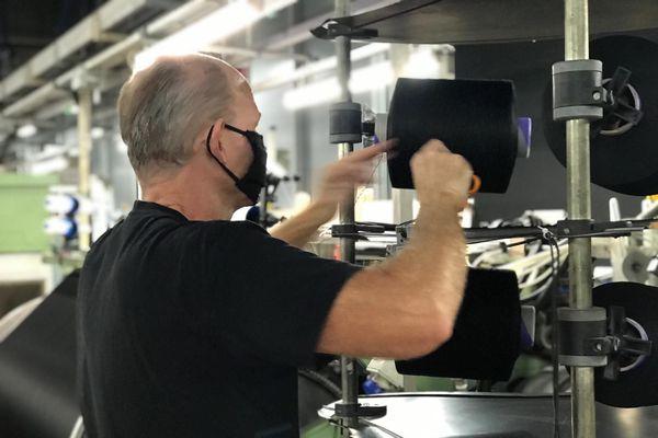 Adient Fabrics a diversifié sa production et fabrique désormais du tissu pour les masques sanitaires en plus de tissus pour l'automobile.