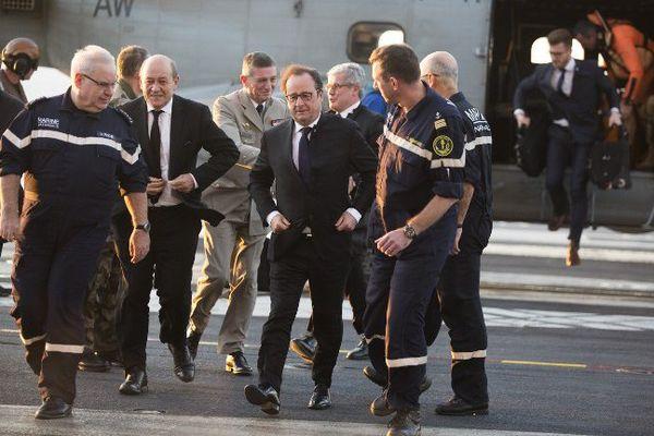 """F. Hollande à bord du porte-avions """"Charles-de-Gaulle"""", déployé au large de la Syrie"""