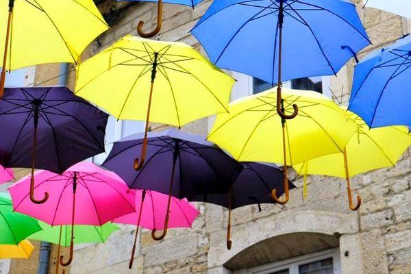700 parapluies colorés dans les rues de Vesoul en Haute-Saône.
