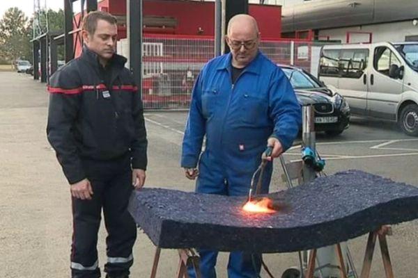 La fibre présente dans les tenues des sapeurs-pompiers permet d'obtenir un isolant qui résiste au feu.