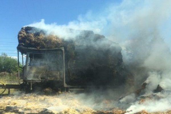 L'incendie est maîtrisé mais reste sous surveillance.