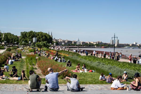 Sitôt leur accès rouvert, les rassemblements se sont multipliés sur les quais de Bordeaux, parfois sans application des gestes barrières.