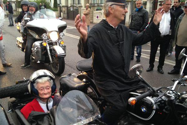 Jeannine Renard, 88 ans, est venue au spectacle en side-car avec monsieur le curé.