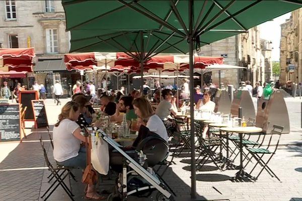 C'est sur cette place au milieu des terrasses de cafés que la bagarre a éclaté dans le quartier Saint-Michel à Bordeaux.
