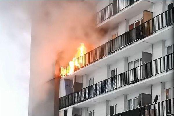 Le feu a pris sur un balcon de l'immeuble