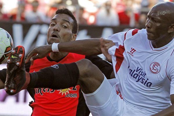 Stéphane Mbia (à droite), sous les couleurs du FC Séville en 2015.