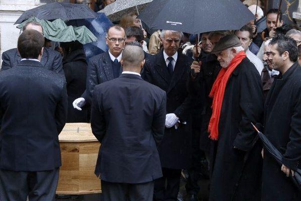 Jean-Paul Bemondo se recueille devant le cercueil de Georges Lautner