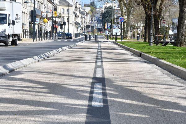 Sur le boulevard Michel de Montaigne, personne sur la route ni sur la piste cyclable.