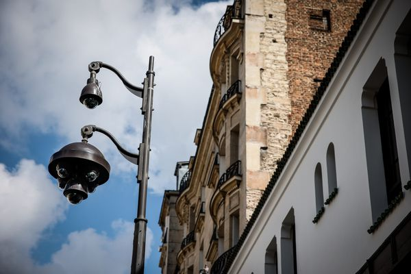 Un caméra de surveillance près d'un immeuble haussmannien à Paris