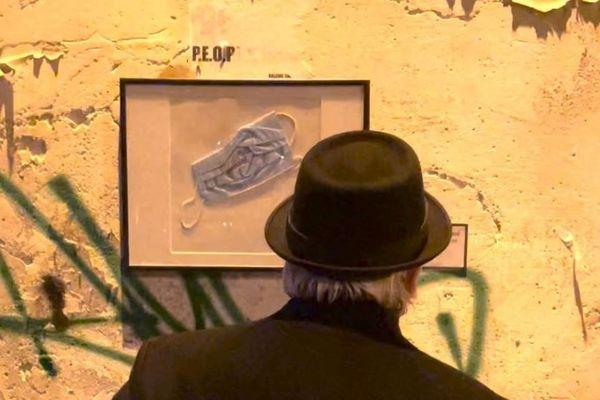 """Chaque cadre a été signé et numéroté au dos, l'idée étant de """"transformer un déchet en une œuvre d'art"""" selon Toolate."""
