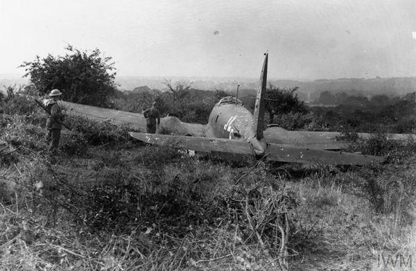 Un bombardier allemand Heinkel He 111 abattu dans le sud-ouest de Londres, à l'emplacement de l'actuel aéroport d'Heathrow, le 16 août 1940.