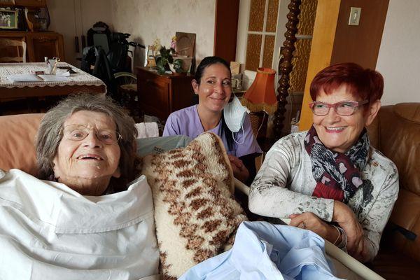 Odette Guinchard a 100 ans. A Pontarlier, grâce au travail des aides à domicile, elle peut rester vivre chez elle.