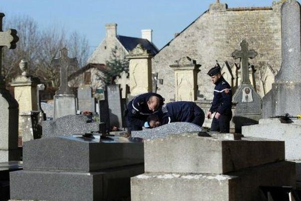 «Plusieurs dizaines de crucifix ont été déplacés, certains d'entre eux retournés et plantés dans le sol», annonce le Ministère de L'Intérieur.