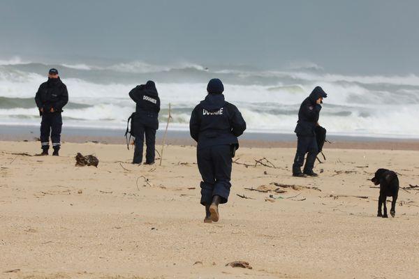 Des douaniers à la recherche de ballots de cocaïne sur la plage de Moliets, dans les Landes, ce dimanche 10 novembre 2019.