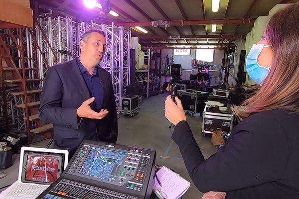 Le producteur Gil Marsalla, interviewé dans les locaux de répétition de la comédie musicale Roxane, dans le cadre de l'émission PointCult' sur France 3 Côte d'Azur.