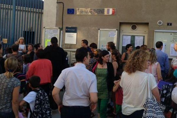 En raison des mesures de sécurité, les parents n'ont pas été autorisés à entrer dans l'enceinte de l'école élémentaire du boulevard de la Trémouille, à Dijon, jeudi 1er septembre 2016, pour la rentrée scolaire.