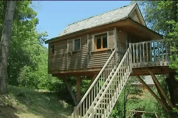 Une cabane au milieu des arbres pour des vacances au coeur de la nature. Une tendance qui rencontre un grand succès.