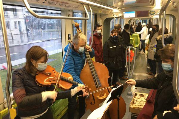 Inauguration en fanfare du nouveau tracé de la ligne A modifié. À bord des rames, les musiciens de l'ONPL accompagne les voyageurs