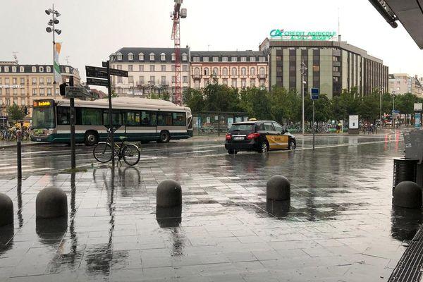 Place de la gare à Strasbourg, sous l'eau vers 17h30 ce vendredi