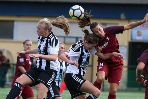 L'équipe féminine d'Arras (ici en noir et blanc contre Metz la saison dernière) deviendra bientôt celle du RC Lens.