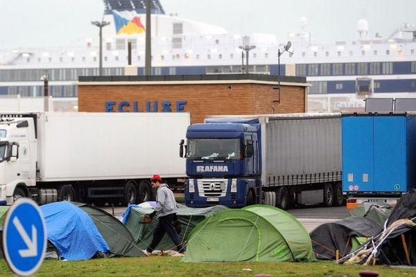 Les migrants installés sous des tentes près du terminal de ferrys à Calais. Novembre 2013