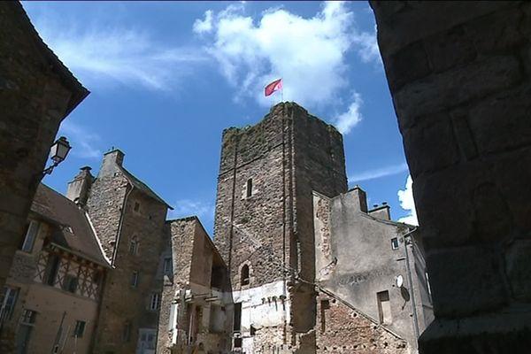 Le donjon du XIe siècle de Saint-Yrieix-la-Perche jouxte la collégiale au sein de la cité médiévale