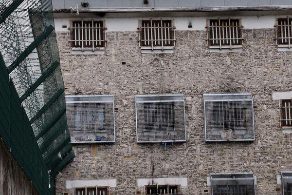 Au 1er août, la maison d'arrêt de Tours compte 233 personnes écrouées pour 145 places soit une densité carcérale de 160 %.