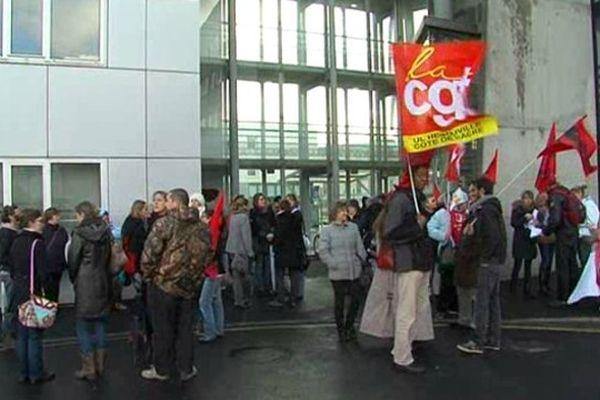 150 à 200 personnes se sont réunies ce jeudi matin devant l'inspection d'académie à Hérouville-Saint-Clair