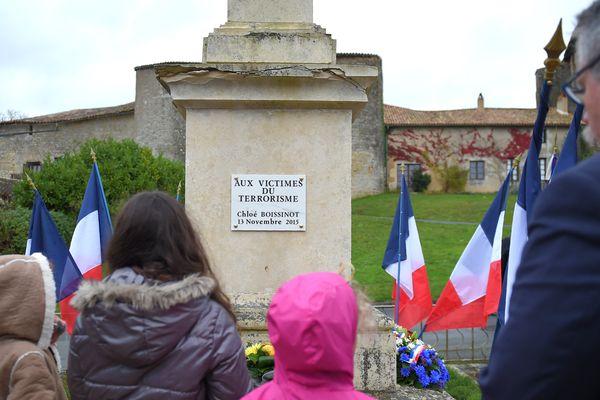 Le maire de Chateau-Larcher, Francis Gargouil, et de jeunes membres de la famille de Chloe Boissinot, devant la plaque qui vient d'être dévoilée en sa mémoire, le samedi 11 novembre 2017