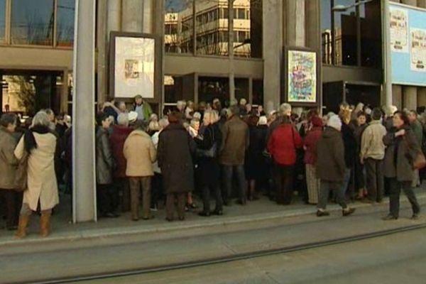 Dés 14 heures, c'est l'affluence devant les portes de la maison de la culture de Clermont-Ferrand. Cette année, en l'espace de trois jours, près de 4 000 seniors sont venus assister au traditionnel spectacle de fin d'année.
