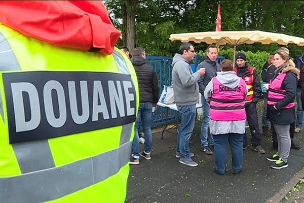Une quarantaine de douaniers ont bloqué leur direction régionale ce jeudi matin à Poitiers
