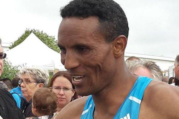 L'éthiopien Tura Kumbi Bechère à l'arrivée au Futuroscope.