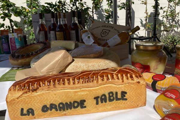 La grande table garnie de produits d'exception