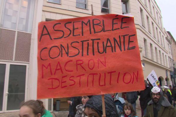 Manifestation à Poitiers contre le recours à l'article 49-3 pour adopter le projet de réforme des retraites