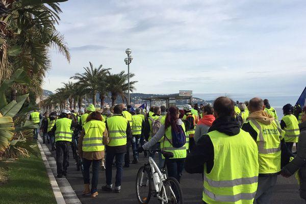 """Les  """"gilets jaunes"""" manifestent sur la Promenade des Anglais le 2 décembre 2018, dans le calme."""