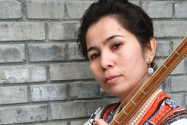 La grande chanteuse ouïgour Sanubar Tursun lors d'un de ses concerts